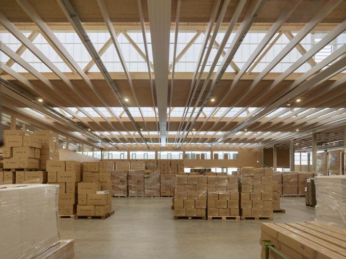 Headquarter Chemoform, Innenansicht Lagerhalle, Konstruktion in Holzbauweise
