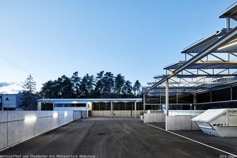 Wertstoffhof Morgenstelle, Außenansicht Sheddächer mit Photovoltaik Abdeckung