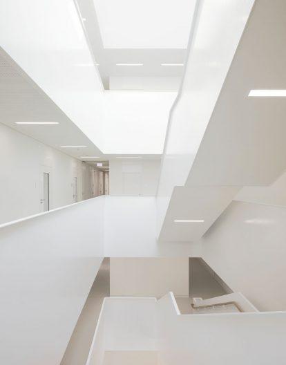 Forschungszentrum MAIN, TU Chemnitz, weißes Treppenhaus