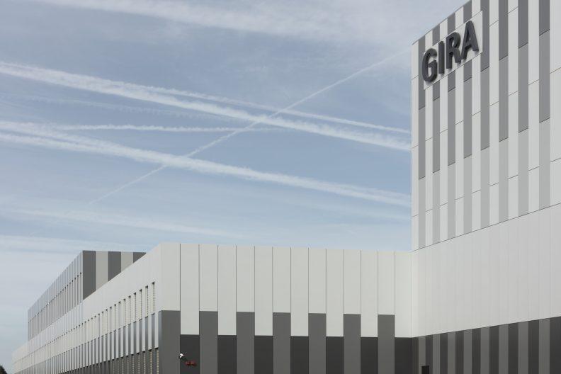Gira Unternehmenssitz Außenperspektive der farblich oszillierenden Blechfassade