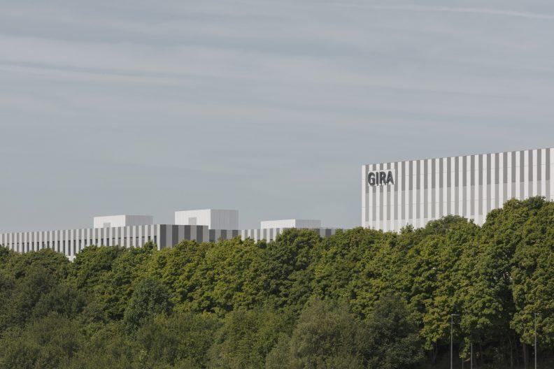 Gira Unternehmenssitz Außenperspektive Gebäudekomplex, der Industriebau fügt sich in die Hügellandschaft des Bergischen Landes