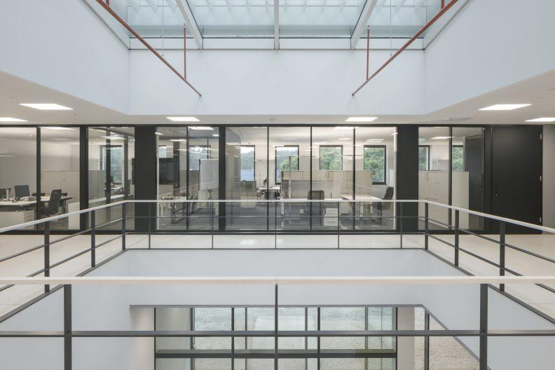 Gira Unternehmenssitz Innenperspektive Entwicklungsabteilung im Mezzanin mit Oberlicht