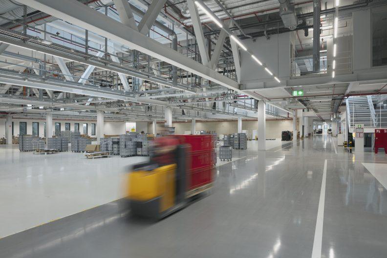 Gira Unternehmenssitz Innenperspektive Eingehängtes Mezzaningeschoss über der zentralen Erschließungsachse im Produktionsbereich